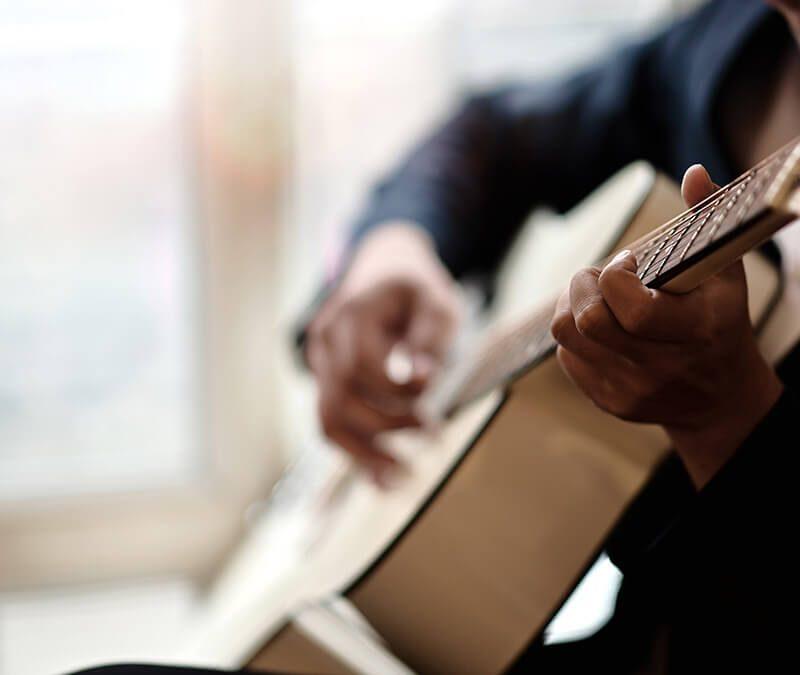 мъж свири на китара