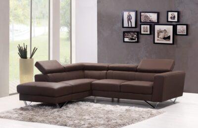 модерна всекидневна с кафяв диван и светъл модерен килим